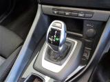 ステップトロニック付きオートマティックと I ドライブコントローラー、モニターの操作はこのコントローラーで行いナビやラジオ、車両状況の把握や点検時期の把握までいろいろなことができます。