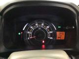 スピードメーターを大きく配した見やすいメーター部になっています。右側のインフォメーション画面で燃費などの情報を確認できます。