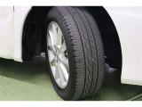 タイヤサイズ 215/55R17 クールなデザインの純正アルミホイール装着です。足元を引き締めてくれ、しっかりした走りも楽しめますよ。