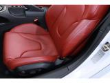 レッドレザーで仕上げられたシートは、座り心地・ホールド性ともに優れております。