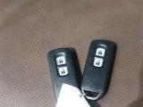 スマートキーをポケットやバックに携帯しドアハンドルを握るだけでドアの解除・ロックスイッチを押すだけで解除ができ、ブレーキを踏みながらエンジンスイッチを押すだけでエンジンがかかります。
