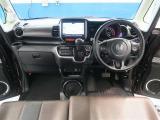 シンプルながら機能性あふれる運転席回りで、スイッチ類の配置でとても運転しやすいです。