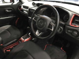 内装のパネル類にはTrailhawkならではのレッドカラーを採用!車内をスタイリッシュ且つかっこよく演出してくれます!