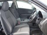 大きな座面と包み込むような背もたれが、ドライバーの身体をしっかり支えます。 更に運転席はドライバーの身長に合わせてシートの高さの調節が出来ます
