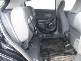 後席の座面は跳ね上げることが出来ますので大きなクーラーボックスなど置くことが出来ます。