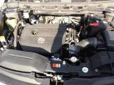 汚れの少ないエンジンルーム。タイミングチェーンエンジンです。パワーと余裕を持って走行出来る2300CCエンジン