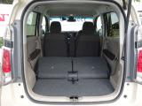 後席の座席を倒せばフラットになりますので大きな荷物も載せることが出来ます。