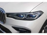 レーザーライトはハイビームで走行時に車速が約70km/hを超えると、既に点灯しているLEDハイビーム・ヘッドライトに加え、レーザー・ライトが自動的に点灯、LEDライトの約2倍に相当する最大600mまで照らします。