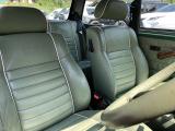 シート、内張りは全てグリーン・レザーで統一。 シートの背もたれ部分には、押し型でMINI・COOPERの刻印が入れられており、非常に良い作りをしています。