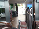 後席も足元のスペースを広く取っていますのでゆったり乗る事ができます!