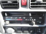 車内を年中快適に保ってくれるマニュアルエアコン。