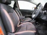 ドライバーの方と助手席の方が座るシートです。ハイセンスなモノトーンのコンビネーション、スポーティさと高質感をアレンジしたインテリア。