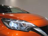 LEDヘッドライトはハロゲンライトの約2倍の光量で明るく遠くを照らし、夜間走行時の視認性を高めます。