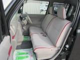フロントシートはベンチシートで広いです。