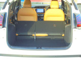 後席シートバックを前に倒せば、広い空間ができます!大きな荷物も積めますね!