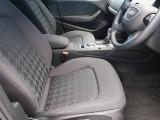 ●後席:大人が乗車しても窮屈さを感じないほど、足元も広々しております。
