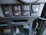 左のスイッチは運転席シートヒーター。寒い時期にホッとする装備です。
