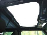 【ガラスルーフ】大型のガラスルーフ搭載で車内の解放感が一気にアップ!開放的なドライブをお楽しみいただけます。
