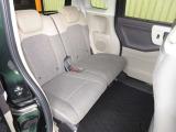 前席との距離や荷室長を左右で別々に調節できるスライドシートを標準装備しております。操作は荷室側からも行なえ、19CMのスライドができます。