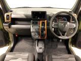 美しいデザインの運転席空間。フロントガラス面積や位置取りが良く、前方・右前・左前方向の視認性がいいですよ!
