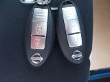 インテリジェントキーを携帯していれば、リクエストスイッチを軽く押すだけでドアのロック・アンロックが可能です。