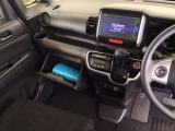 足元スッキリ、インパネシフトです。パーキングブレーキはフットブレーキタイプなので、運転席と助手席の間がスッキリしています。