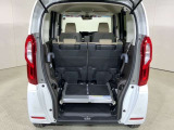 収縮式のアルミスロープは立てて収納することも可能です。座席との間に荷物をしっかりつむことができます。
