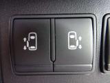 インテリジェントキーでの操作も可能な両側オートスライドドア装備