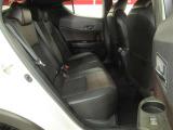 後部座席は大柄なお方には快適とは言い難いですがその分外観のデザインを満喫してください。