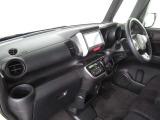 【インパネシフト】シフトノブはインパネに配置されているので、運転席⇔助手席の移動が簡単。