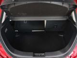 左右分割で前方にシートバックを倒すことができます。トノカバーも外せますので大きな荷物を積むこともできます。