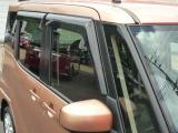 バイザー付きで雨の日も車内の換気ができます。