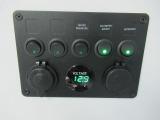 メインスイッチやサブバッテリー残量計などを集約したスイッチ類!