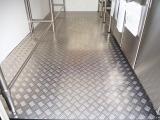 床面はアルミフロアになっています!お手入れが簡単で清潔に保ち易い材質です!!縞模様が滑り