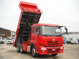 ダンプトラック(ダンプ)とは主に土砂や砂利、産業廃棄物を運搬するトラックであり、荷台を傾