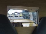 仕切り板の真ん中がアクリル板になっていますので運転中の後方視界も確保されています♪