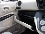 グローブボックスには車検証入れ等を入れられます。 収納式のカップホルダーは運転席側にもございます。