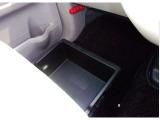 助手席シート下には前後から引き出せる便利な「アンダーボックス」を装備。