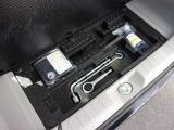 ラゲッジ部の床下にはパンク修理キットと工具を装備。