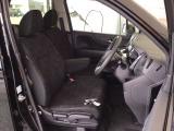 フロント広々、ベンチシートの運転席は、ハイトアジャスターが付いているので、快適にドライブができます。ハンドルはチルトステアリングで、ハンドル位置を上下に調節できます。