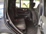 なんと!後席が前後に20cmスライドできます。また、後席の下に大きなトレイがあり、長い傘や置き靴などをすっきりと収納できます。
