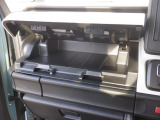 グローブボックスは3段式になっており、上段を開けた状態です。