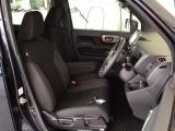 フロント広々、ベンチシートの運転席は、ハイトアジャスターが付いているので、快適にドライブができます。ハンドルはテレスコピック機能で、ハンドル位置を上・下・手前・奥に調節できます。