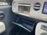 助手席の前にはグローブBOX、その上部はインストアッパーBOX、と収納スペースも充実しています