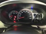 速度計が中央に大きく配置された、見やすいメーターパネル。タコメーターつきです。