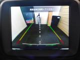 ライン表示機能付きのリアバックアップカメラは、狭いスペースでも安心して駐車できます
